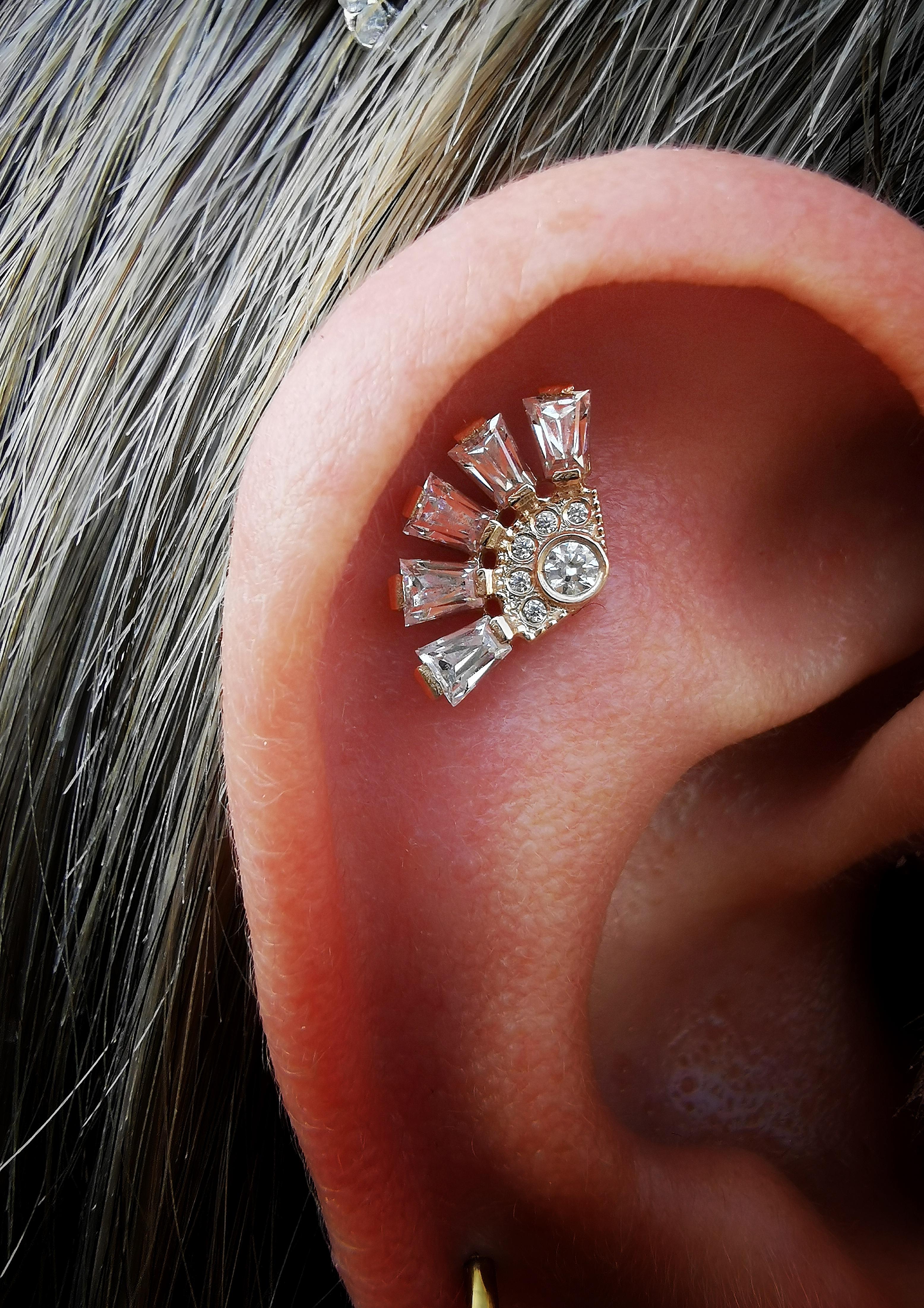 helix piercing con gioiello in oro